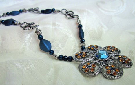 blue daisy necklace