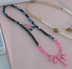 black and pink necklace set